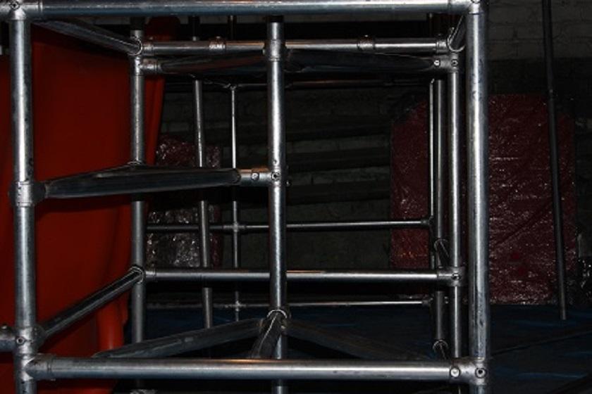 Сборка лестницы из труб лабиринт